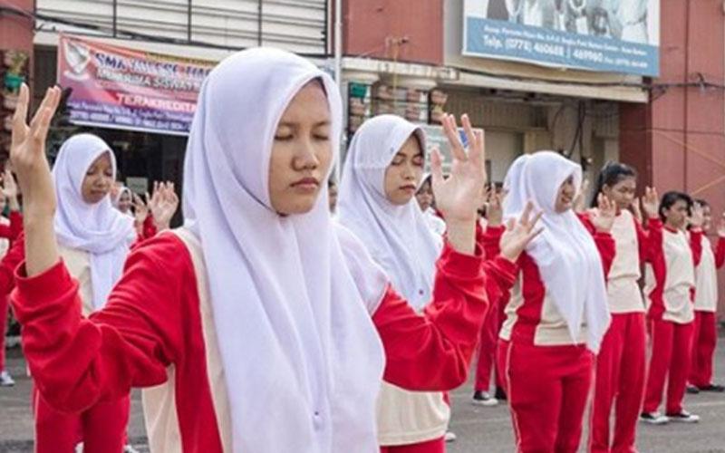 Keterangan foto: Murid SMK Kolese Tiara Bangsa Batam Berlatih Falun Gong. (Foto istimewa)