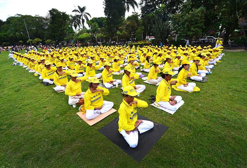 Serangkain kegiatan yang dilaksanakan oleh praktisi Falun Gong di Denpasar Bali Minggu 24 Juli 2016 (Foto-foto Wayan Diantha untuk Erabaru.net)