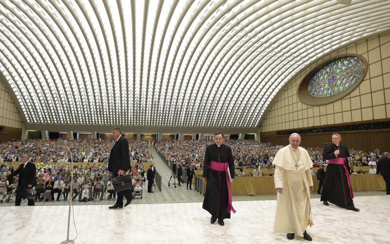 Paus Francis ketika tiba di Hall Paul VI menghadiri audiensi umum mingguan di Vatikan beberapa waktu lalu. (AP)