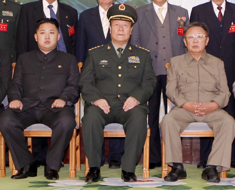 Foto lama mantan jendral Guo Boxiong diapit oleh mendiang diktator Korea Utara Kim Jong-il (kanan, meninggal pada 2011) dan sang suksesor Kim Jong-un (kiri). Kelompok Jiang dikenal punya hubungan istimewa dengan penguasa Korea Utara. (internet)